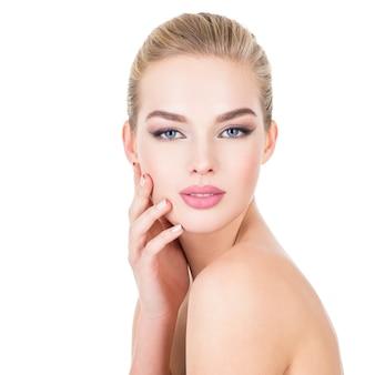 健康な顔を持つ若い美しい女性