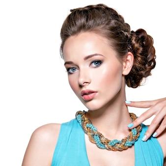 Giovane bella donna con gioielli.