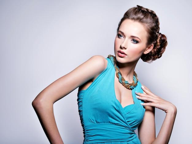 Молодая красивая женщина с украшениями.