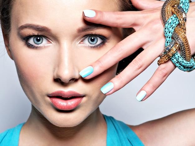 宝石を持つ若い美しい女性。