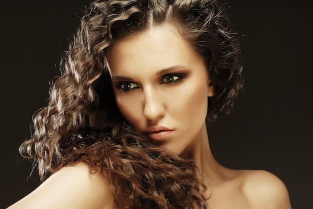 長い巻き毛の若い美しい女性