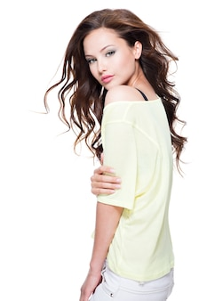 Молодая красивая женщина с длинными волосами позирует