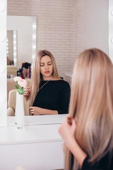 Молодая красивая женщина с длинными здоровыми светлыми волосами