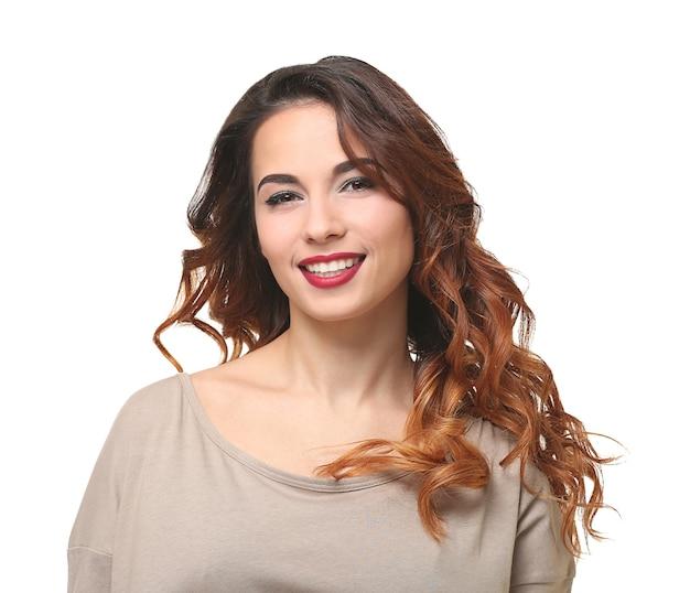 白い背景の上のモダンな髪型を持つ若い美しい女性