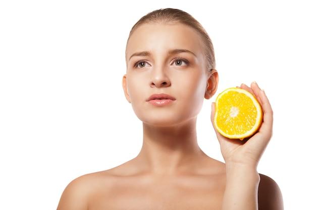 흰색 위에 오렌지와 젊은 아름 다운 여자