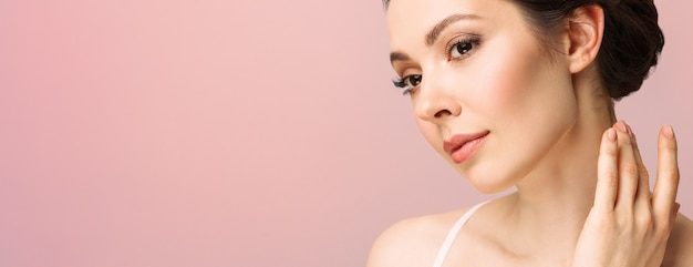 Молодая красивая женщина с идеальной кожей, касаясь ее лица, косметология, красота и спа-концепция