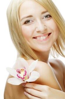 핑크 꽃과 젊은 아름 다운 여자