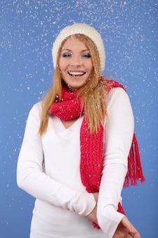 푸른 표면에 눈이 있는 젊은 아름다운 여자
