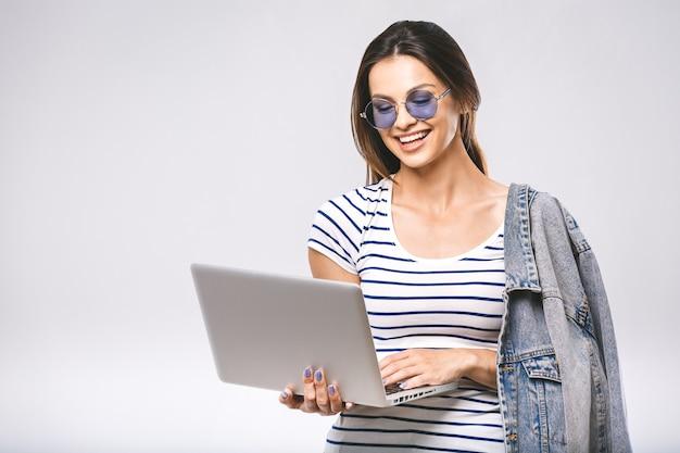 Молодая красивая женщина в солнцезащитных очках