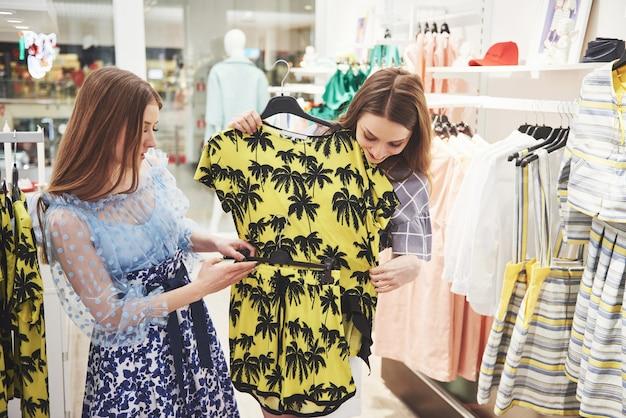 毎週の布市場で若い美しい女性。親友は楽しい買い物をして自由な時間を過ごしました。
