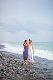 함께 걷는 해변에서 젊은 아름 다운 여자