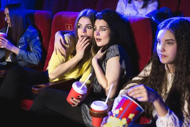Молодые красивые женщины напуганы фильмом