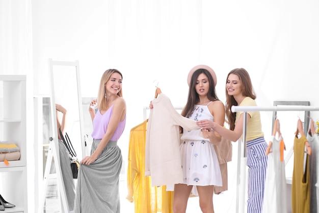 店で買い物をする若い美しい女性
