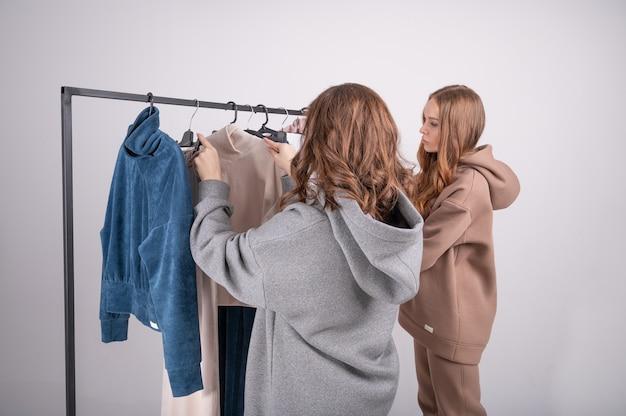 Молодые красивые женщины делают покупки в магазине.