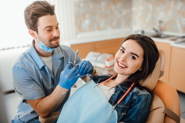 歯科麻酔を受ける若い美しい若い成人女性。