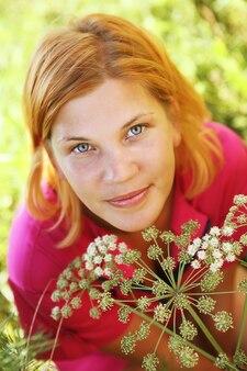 若い美しい女性の屋外。夏時間。