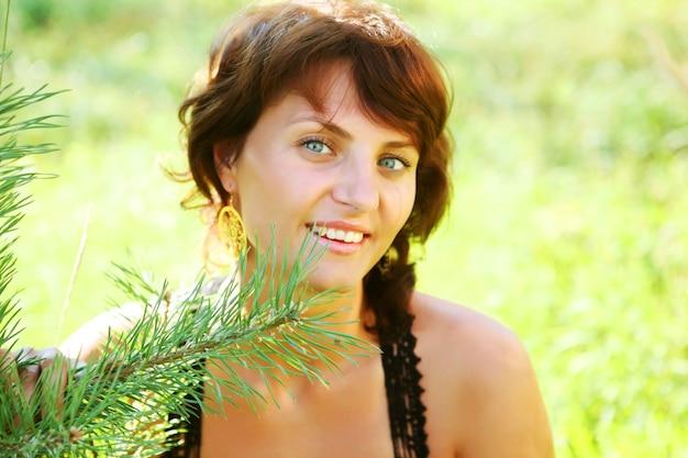 Молодая красивая женщина напольная. летнее время.