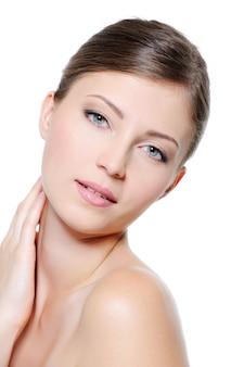 白い背景の上の若い美しさきれいな女性の顔
