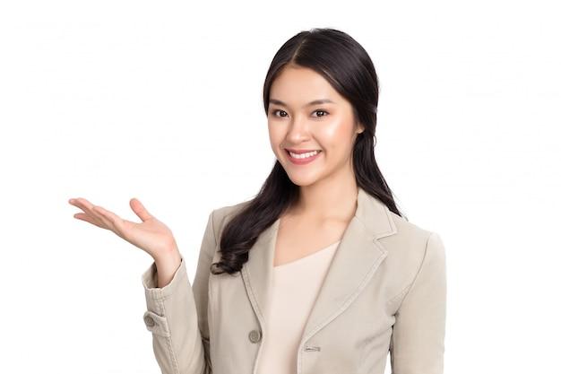 화이트 절연 웃는 얼굴로 젊은 아름다움 건강 한 행복 한 아시아 여자.