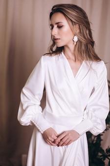 하얀 드레스를 입고 젊은 아름다움. 웨딩, 우아함, 패션 컨셉