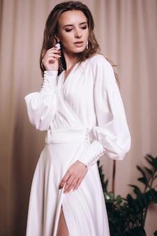 白いドレスの若い美しさ。結婚式、エレガンス、ファッションコンセプト