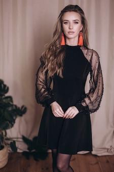 검은 드레스에 젊은 아름다움 여자 초상화입니다.