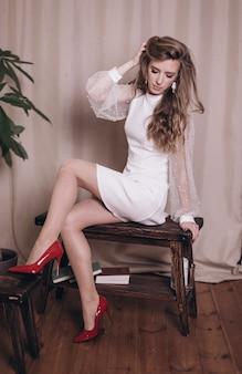 白いドレスの若い美女の肖像画。結婚式、エレガンス、ファッションコンセプト