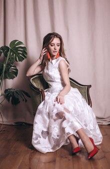 하얀 드레스를 입고 젊은 아름다움 여자 초상화입니다. 웨딩, 우아함, 패션 컨셉