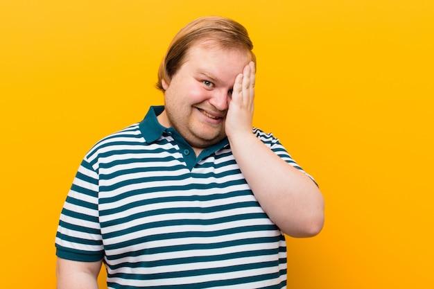 ああ言って笑うと額を叩く若いビッグサイズの男!忘れたか、それがオレンジ色の壁に対する愚かな間違いだった