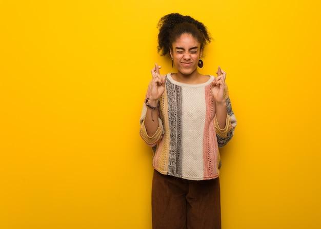 幸運を持っているため指を交差青い目を持つ若いアフリカ系アメリカ人少女