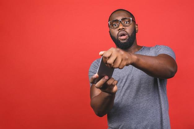 携帯電話でゲームをカジュアルに遊ぶ若いアフリカ系アメリカ人の黒人男性