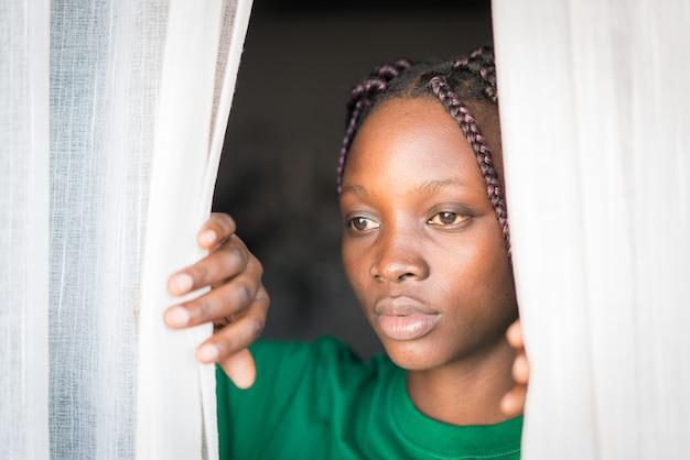 Портрет молодой черной афро-американской женщины в помещении