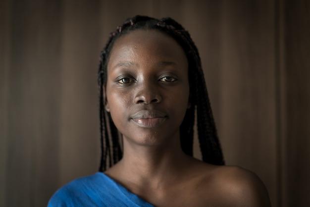 屋内で若い黒人アフリカ系アメリカ人女性の肖像画 Premium写真