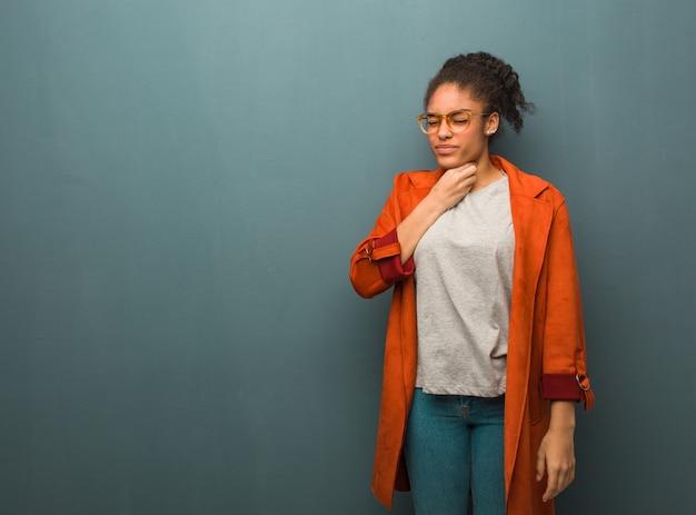 青い目の咳、ウイルスまたは感染症による病気の若い黒人アフリカ系アメリカ人女性