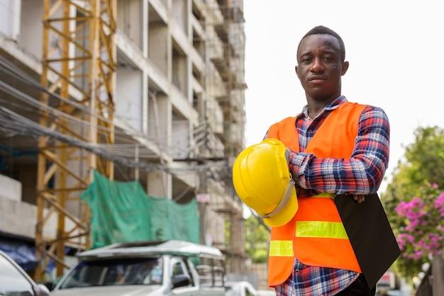 Молодой темнокожий африканец на стройке