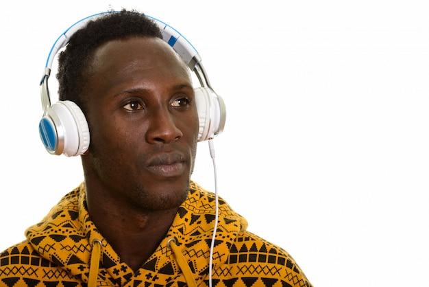 考えながら音楽を聴く若いアフリカ黒人男性