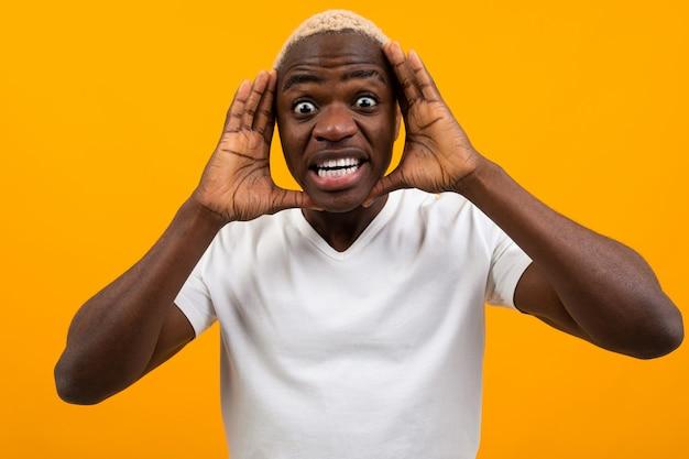 膨らんだ目を叫んで若い黒人アフリカ人