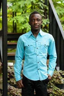 現代の階段に立っている若い黒人アフリカ人