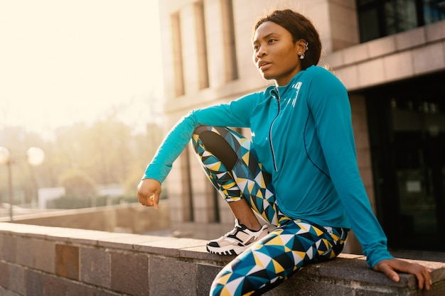 晴れた日に屋外で若い黒人アフリカスポーティな女性の肖像画。