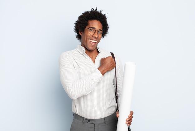 挑戦に直面したり、良い結果を祝ったりするときに、幸せで、前向きで、成功していると感じ、やる気のある若い黒人のアフロ男