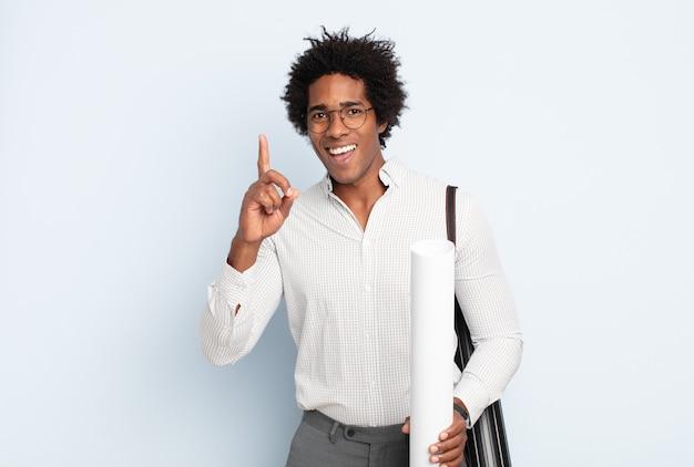 아이디어를 깨달은 후 행복하고 신나는 천재 같은 기분을 느끼는 젊은 흑인 아프리카 남자, 유레카 유레카!