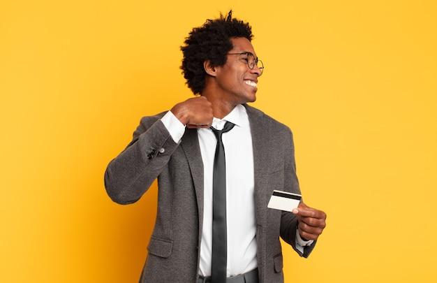 젊은 흑인 아프리카 남자 스트레스, 불안, 피곤하고 좌절감을 느끼고, 셔츠 목을 당기고, 문제로 좌절감을 느낍니다.