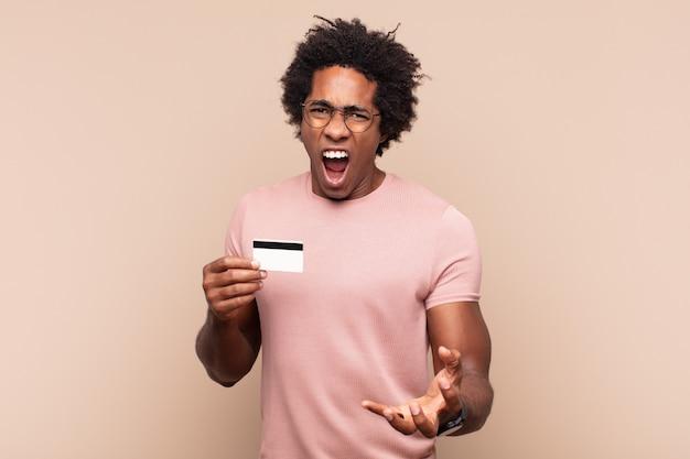 화가 나고, 짜증이 나고, 좌절감을 느끼며 비명을 지르는 젊은 흑인 아프리카 남자