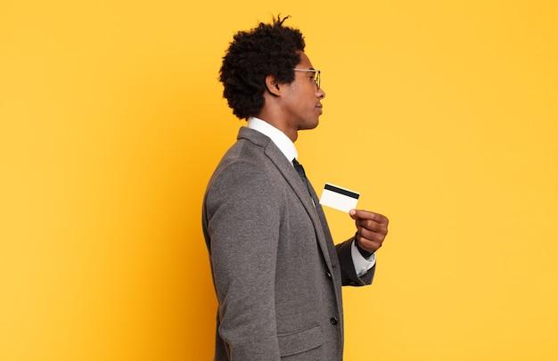 프로필보기에 젊은 흑인 아프리카 남자가 앞서 공간을 복사하려고 생각하고, 상상하거나 공상
