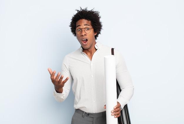 젊은 흑인 아프리카 남자는 입을 벌리고 놀랐고 놀랍고 놀랐습니다.