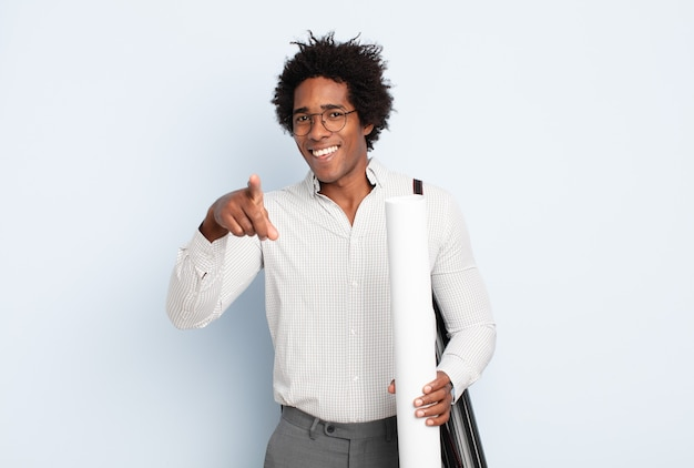 만족, 자신감, 친절한 미소로 가리키는 젊은 흑인 아프리카 남자, 당신을 선택