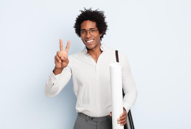 젊은 흑인 아프리카 남자 웃 고 친절 하 게 찾고, 앞으로 손으로 번호 2 또는 초를 보여주는 카운트 다운