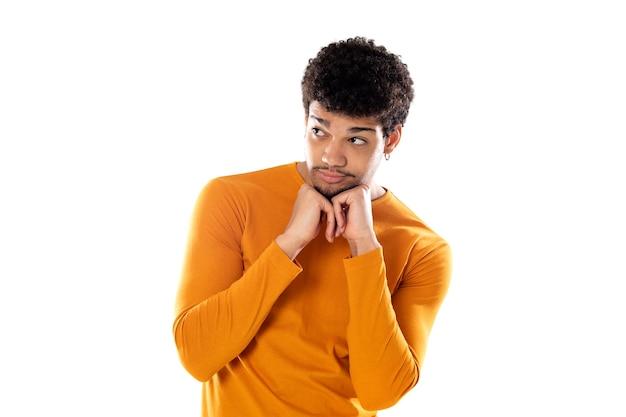 若い黒人のアフロ男が考え、疑わしく、混乱して孤立している