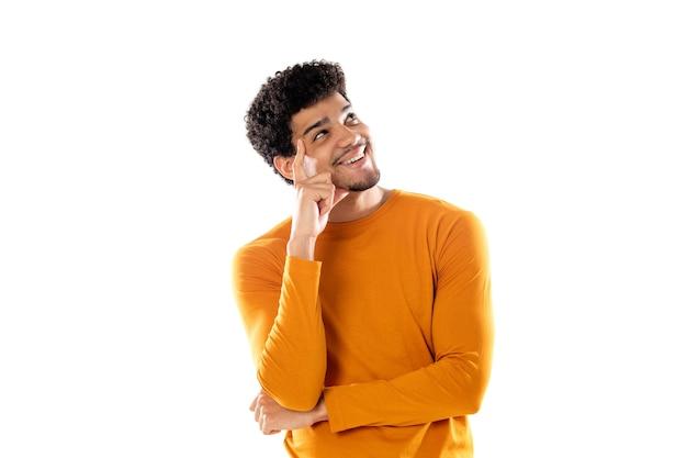 若い黒人のアフロ男は、さまざまな選択肢を持って、疑わしくて混乱していると感じ、孤立した決定をするかどうか疑問に思っています