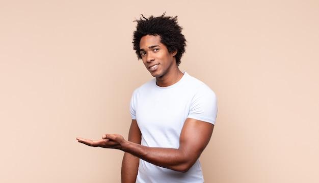 考えたり疑ったり、頭を掻いたり、困惑したり混乱したりする若い黒人のアフロ男、背面図または背面図